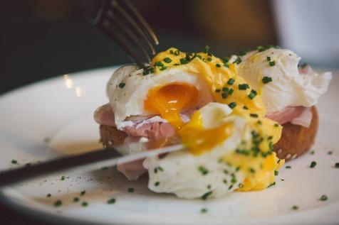 Egg's Benedict, sliced